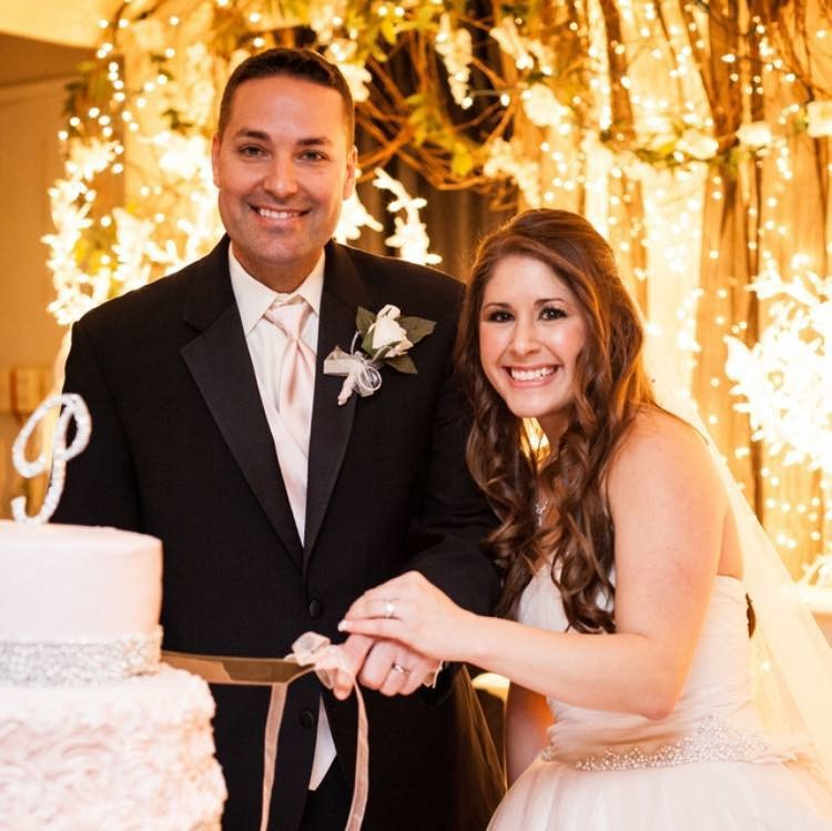 A wedding bride and groom cutting the cake at the Ladybug Lodge wedding venue located near lafayette louisiana