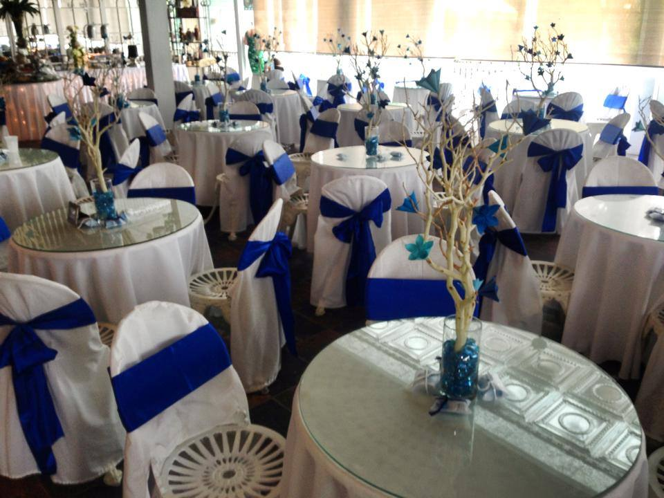 Sunny Meade wedding venue decorated for an indoor wedding reception near Lafayette, Louisiana in dark blue and white.