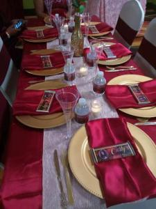 Lafayette, Louisiana wedding vendor, Joann Cakelady, has decorated a bridal party table for a wedding reception in red and gold.